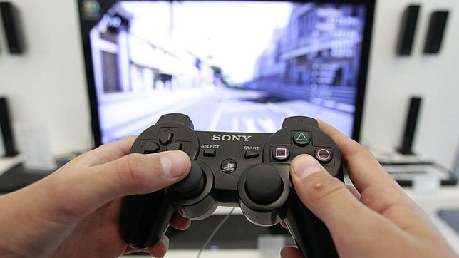 Una persona juega con la consola Playstation
