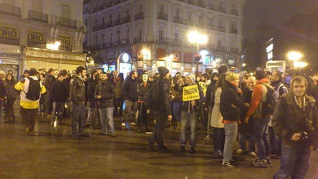 Medio centenar de manifestantes se han concentrado en la Puerta del Sol con el objetivo de acampar
