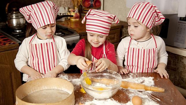 Además de divertido, que los niños preparen un postre fomenta su motivación, su confianza en sí mismo y la cooperación