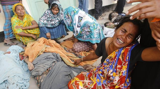 Hasta 175 personas han muerto al incendiarse un centro comercial en Bangladesh