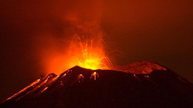 El volcán Popocatépetl estalla y levanta una columna de ceniza de tres kilómetros