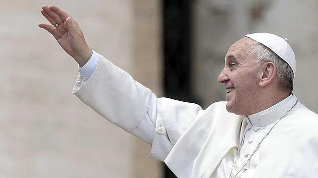 Francisco se estrena como «párroco» dando la primera comunión en una iglesia de las afueras