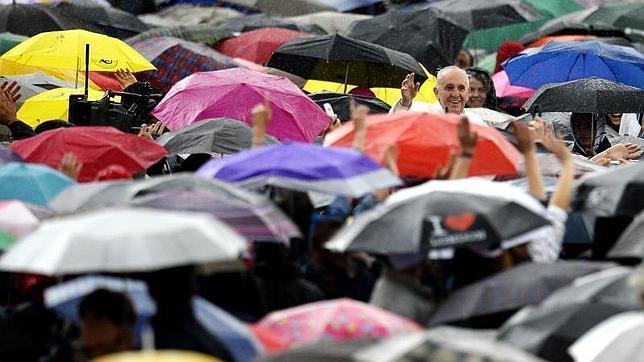 Francisco, empapado por la lluvia por saludar a los peregrinos desde el «papamóvil»