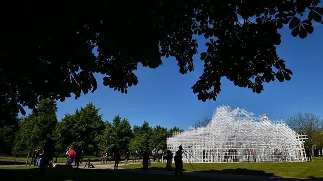 El pabellón está instalado en los jardines de Kensington en Londres