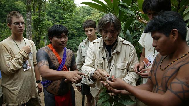 De la Quadra-Salcedo con los indios emberá, en la edición de la Ruta Quetzal BBVA 2008, que también discurrió por Panamá