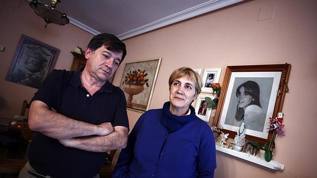 Manuel Blanco y Olga Puig, junto a un retrato anónimo de Eva Blanco, en su casa de Algete