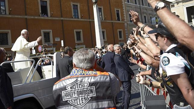 El Papa bendice las motos Harley Davidson y sus pilotos llegados al Vaticano