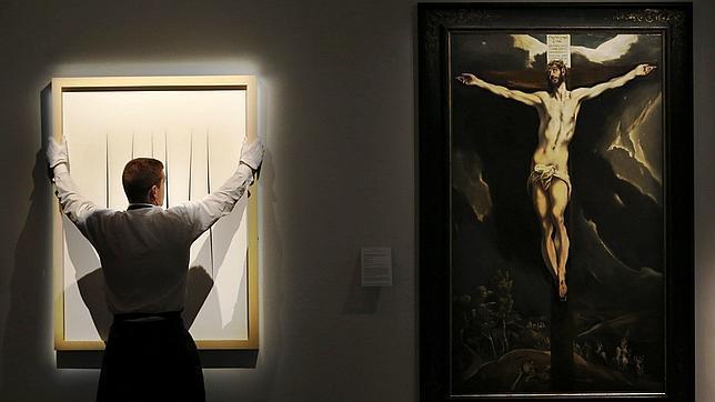 «Cristo en la Cruz», de El Greco (a la derecha), junto a una obra de Lucio Fontana