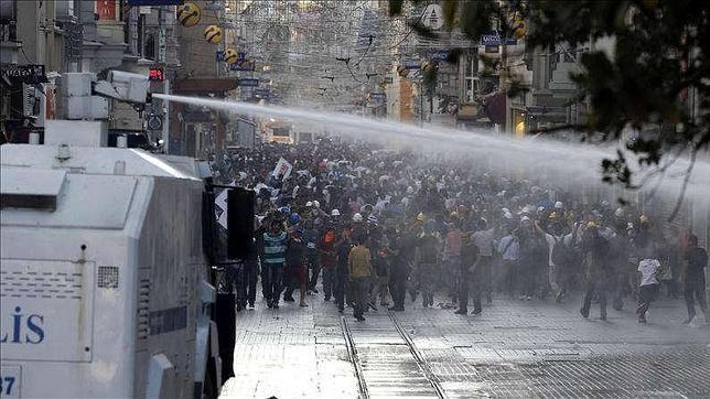 Una boda-protesta en el parque Gezi de Estambul acaba en una dura carga policial