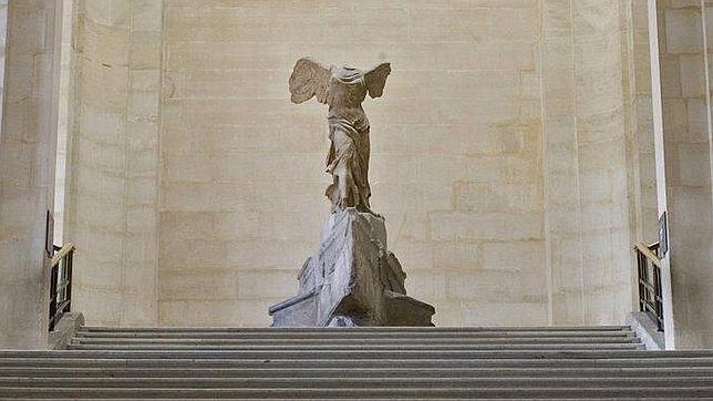 El Louvre se despide de la Victoria de Samotracia hasta junio de 2014