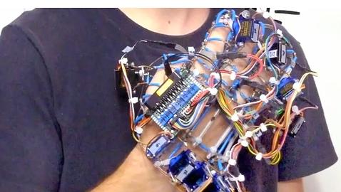 Un adolescente griego, premiado por un invento que ideó para su abuela