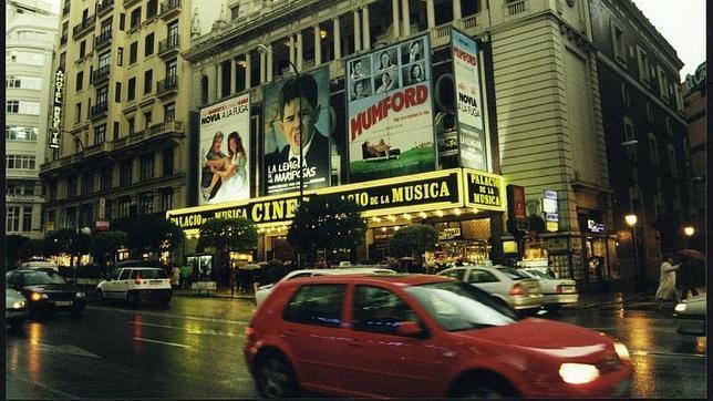 Los cines Palacio de la Música alumbrando la Gran Vía en 1999