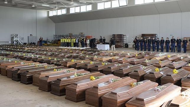 Los ataúdes de las víctimas de la tragedia de Lampedusa, durante la visita de Barroso y Letta el martes