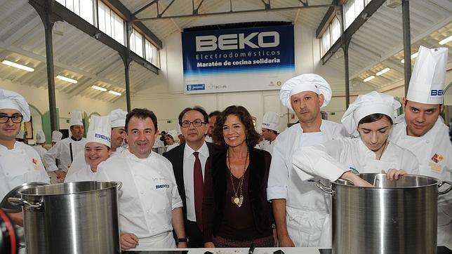Martín Berasategui y Ana Botella, junto al resto del equipo que elabora el Menú Solidario