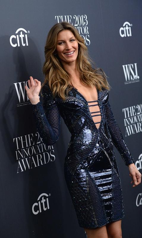 Gisele Bündchen, espectacular escote vestida de Versace
