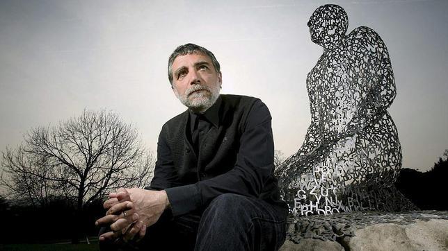 Plensa, en 2011, en el Parque de Esculturas de Yorkshire, junto a una de sus monumentales obras