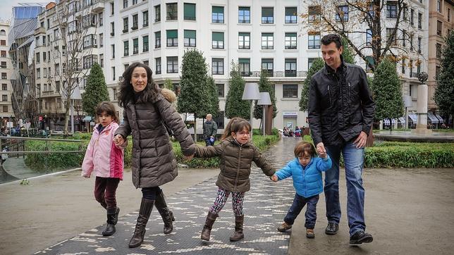 Naiara y José Angel con sus tres hijos, Araitz, de siete años, Ixone, de cinco, y Unai, de tres, en el jardín de la Alhóndiga de Bilbao