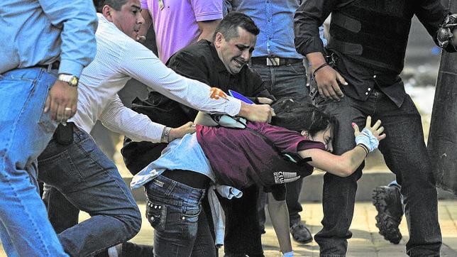Maduro intenta aplastar a la oposición tras los tiroteos en la protesta de Caracas