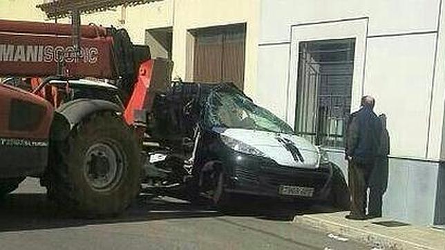 Un moroso empotra a un cobrador del frac contra una casa con un toro mecánico