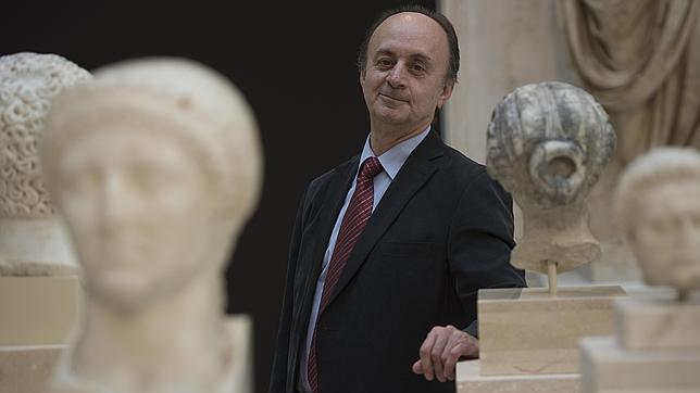 Andrés Carretero, junto a piezas romanas en el museo que dirige