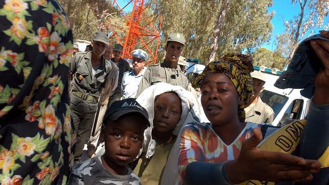 Una decena de ONGs marroquíes piden a la ONU observadores internacionales en la valla
