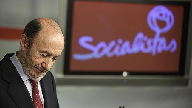 Rubalcaba pilotará su sucesión en un congreso del PSOE en julio