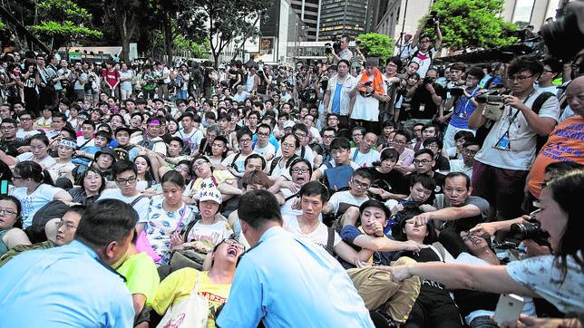 La policía de Hong Kong detiene, de manera pacífica, a varios manifestantes tras las protestas anuales anti gobierno en Hong Kong