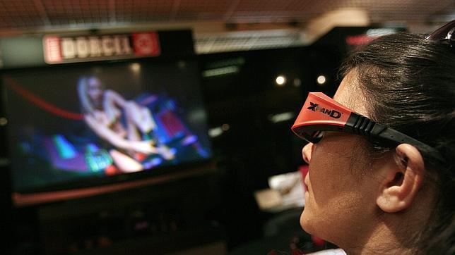 Un persona ve porno con una gafas 3D