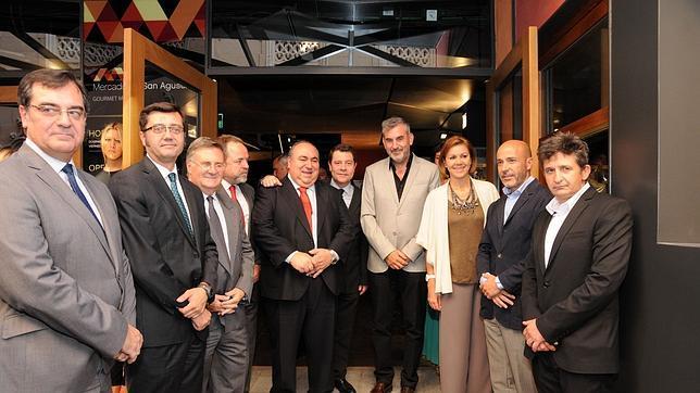 Romaní, Tizón, Labrador,Tirado, Page, Escalona, la presidenta Cospedal, Moreno y Ventura del Álamo, en la inauguración del Mercado de San Agustín