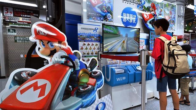 Un niño juega con una Wii U