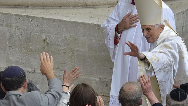 Benedicto XVI en su última aparición pública durante la canonización de Juan Pablo II y Juan XXIII