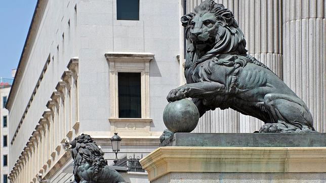 Imagen de los dos leones de bronce del Congreso de los Diputados de Madrid