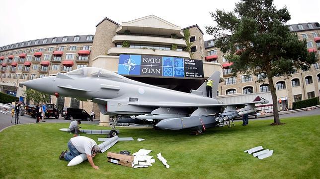 Una réplica de un avión de combate británico Typhoon Eurofighter preside la entrada del Celtic Manor Resort, lugar de la cumbre en Newport (Gales)