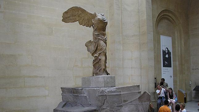 La diosa Niké (victoria de Samotracia) preside las escalinatas del Louvre