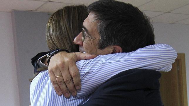 Patxi López abraza a su sustituta, Idoia Mendia