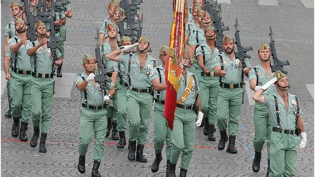 Legionarios del Tercio de Don Juan de Austria de la Legión Española desfilan en las calles de París