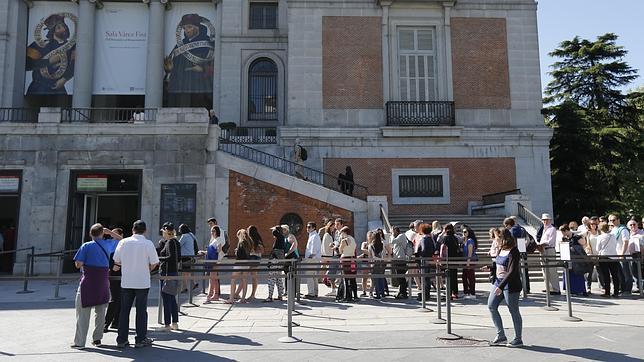 Colas ante el Museo del Prado