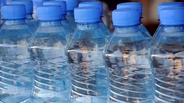 Botellas de agua mineral en una nevera de un comercio