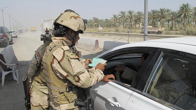 Soldados iraquíes en un control en la localidad de Latifiya