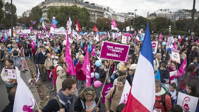 Decenas de millares de manifestaciones recorren las calles de París