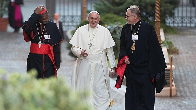 Fotografía de «L'Osservatore Romano» que muestra al Papa Francisco (c) llegando al Sínodo el pasado 6 de octubre
