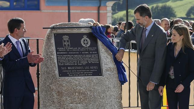Los Reyes Felipe VI y Doña Letizia, ante el alcalde de Boal
