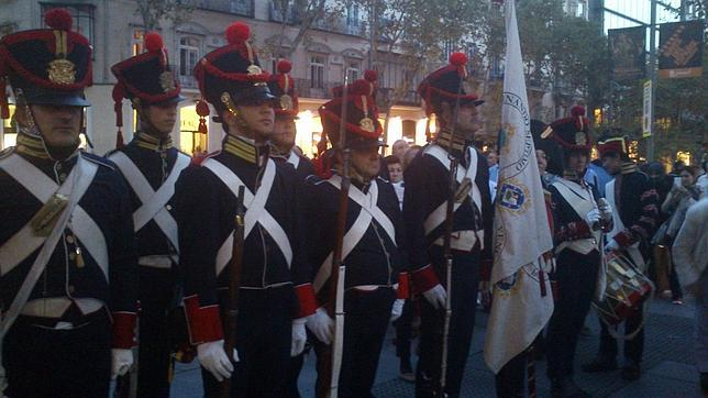 Fotografía de un grupo de soldados de época en la Calle Serrano de Madrid