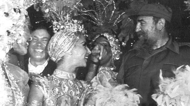 Fidel Castro y Felipe González, fotografiados con bailarinas de Tropicanea en La Habana