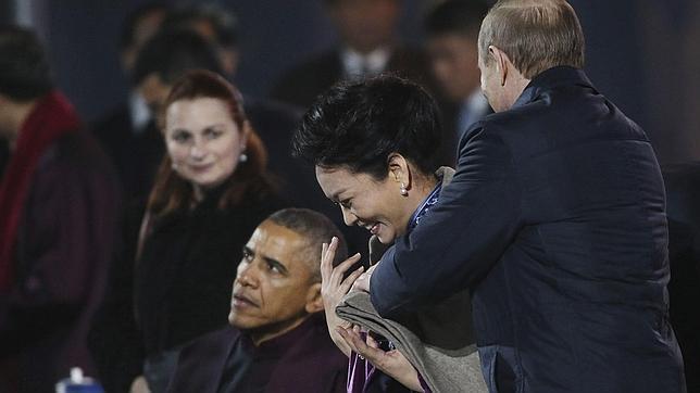 El momento en el que Putin cubría los hombros de la primera dama china