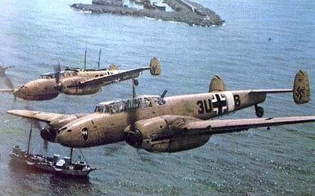 Bombarderos alemanes sobrevuelan un puerto británico