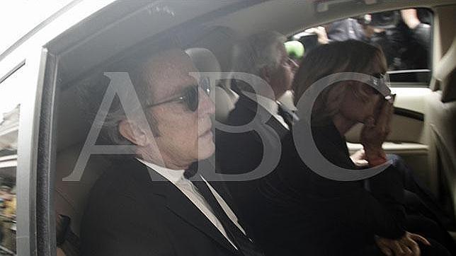 El viudo de al Duquesa de Alba, Alfonso Diez, desolado, en el interior del coche con los hijos de su esposa