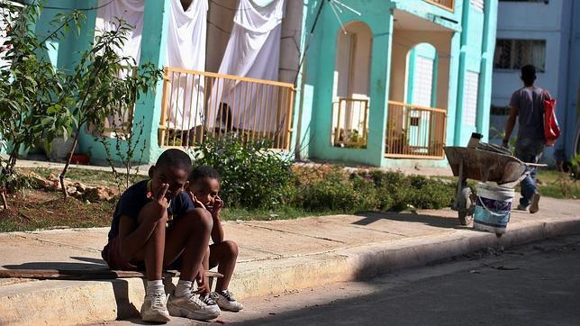 Dos niños en una barriada de Marianao, en La Habana