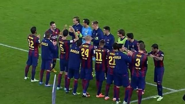 Los jugadores del Barcelona hacen el paseo a Messi