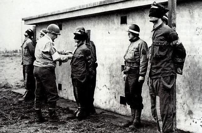 Una veintena de los comandos de Skorzeny fueron fusilados bajo la acusación de espionaje por vestir uniforme enemigo. Se les descubrió por no poder contestar unas sencillas preguntas sobre el popular deporte americano del béisbol
